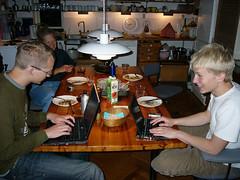 Bo og Peter spiser mad med deres laptops