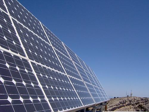 Paneles solares y repetidor al fondo   by bambino