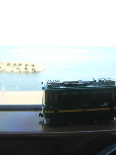 車窓から見える日本海とチョロQ画像