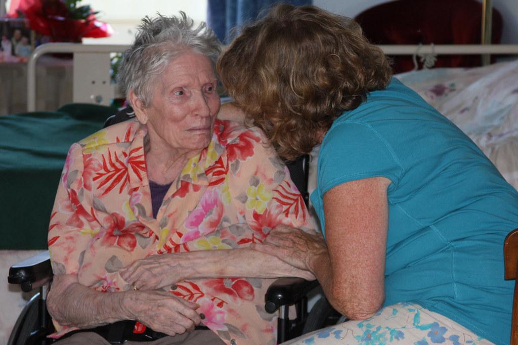 donna anziana su sedia a rotelle