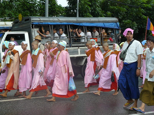 9/24/2007 - protest March in Yangon, Myanmar (Rangoon, Burma) on Pyay Road3 | by naingankyatha