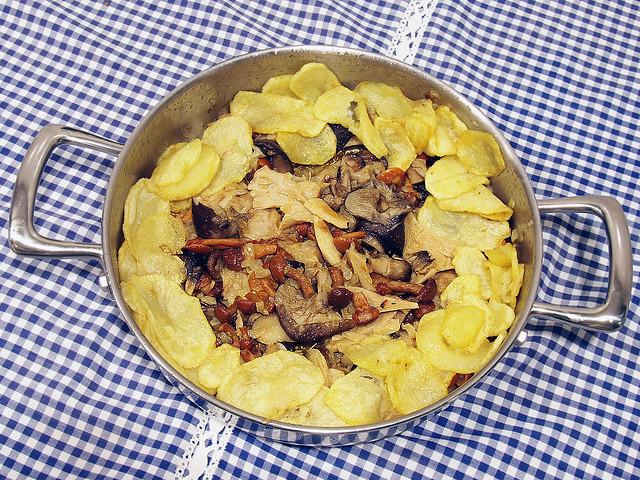 Guiso de Setas con patatas y mantel a cuadros