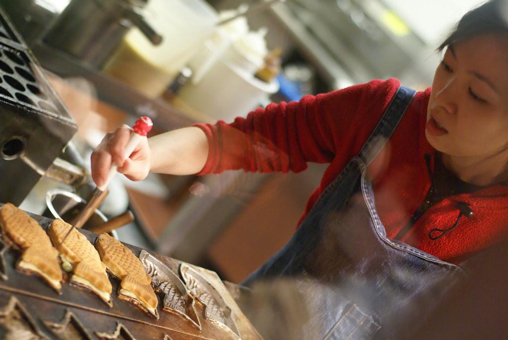 what to eat in tokyo - Making Taiyaki