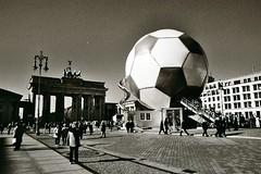 Fußball am Brandenburger Tor | by abbilder