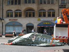 Banderole enlevée par les services municipaux, dévoilant... un McDonalds ! Ironie...