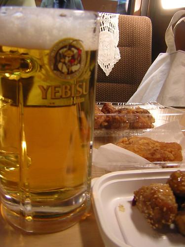 鶏肉の揚げ物3種とビール画像