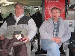 DML a Dr HW yn disgwyl am y trên Eurostar, Lille
