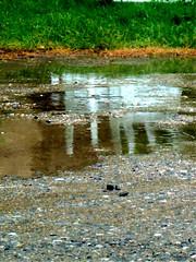 reflet de chaises de jardin pendant la pluie du 19 mai 2005