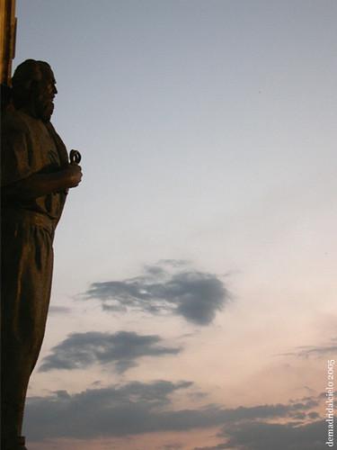 Estatua de San Pedro en la Catedral de la Almudena