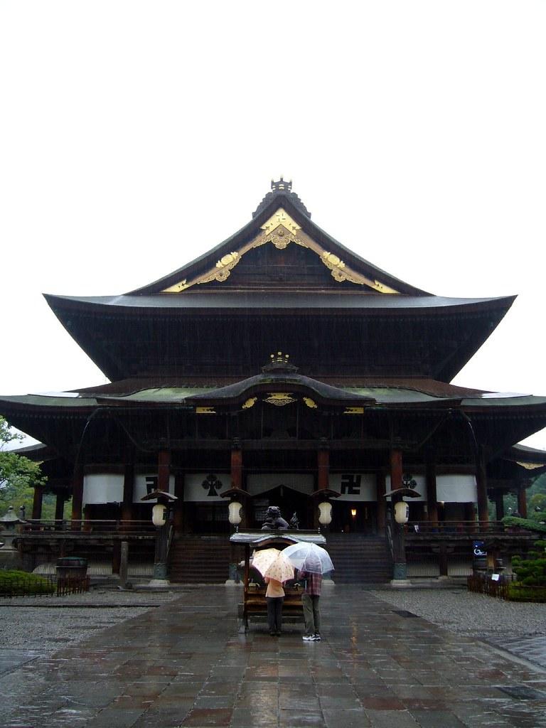 雨の善光寺