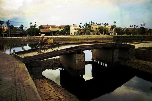 Vietnam - Hoi An - Cruzando el Puente | by bizen99