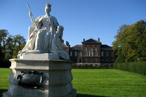 UK - London: Kensington Gardens -  Kensington Palace and Queen Victoria Memorial | by wallyg