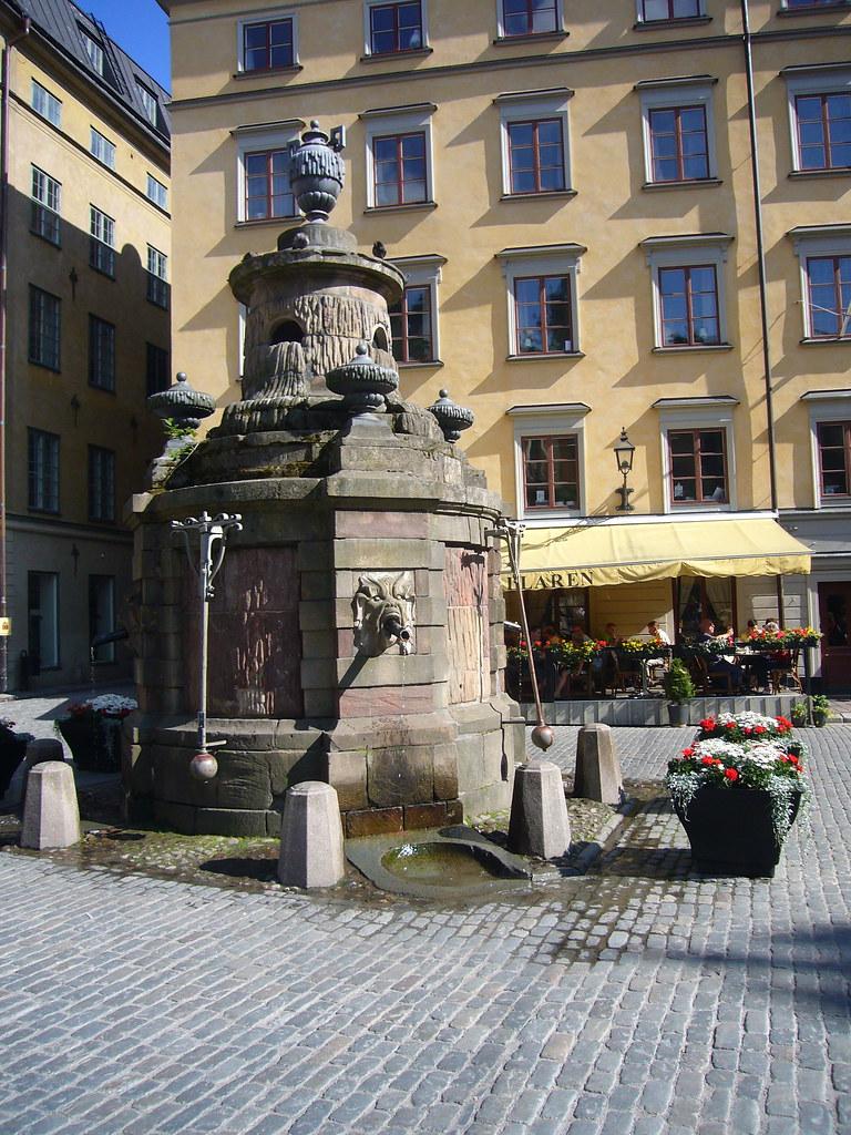 Fontaine sur une place de Gamla Stan