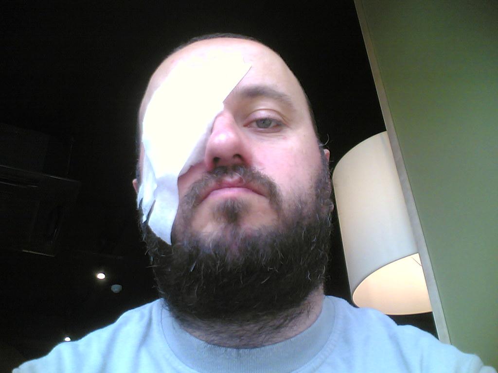 homme avec un bandage sur l'œil