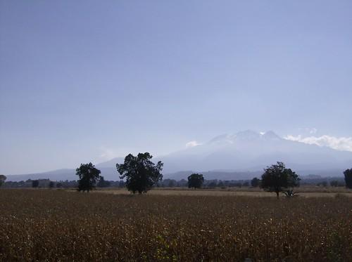 Volcanes Popocatépetl ( Cerro que humea ) e Iztaccíhuatl ( Mujer dormida ).