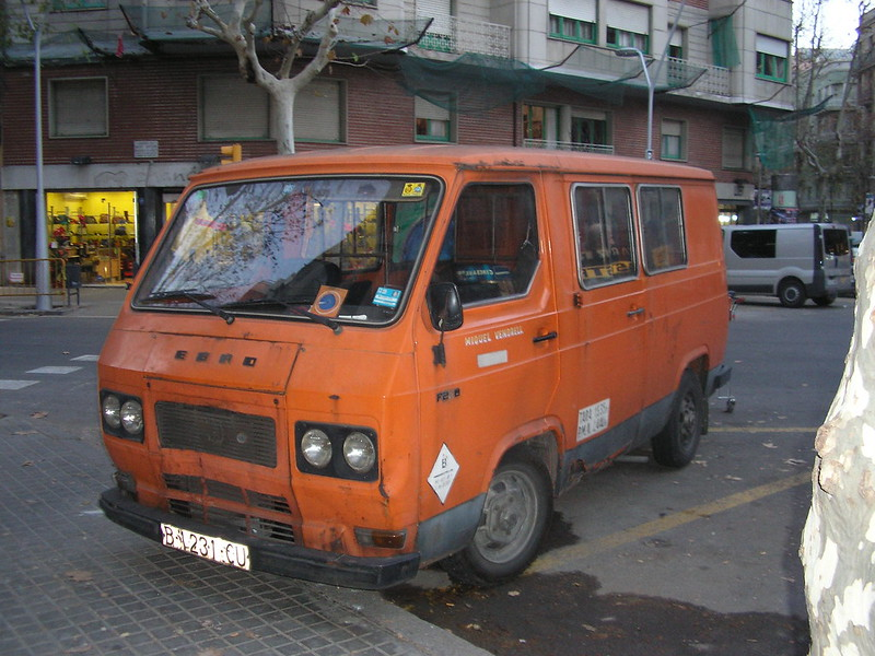 Furgoneta Ebro F-275 al carrer Bailén de Barcelona