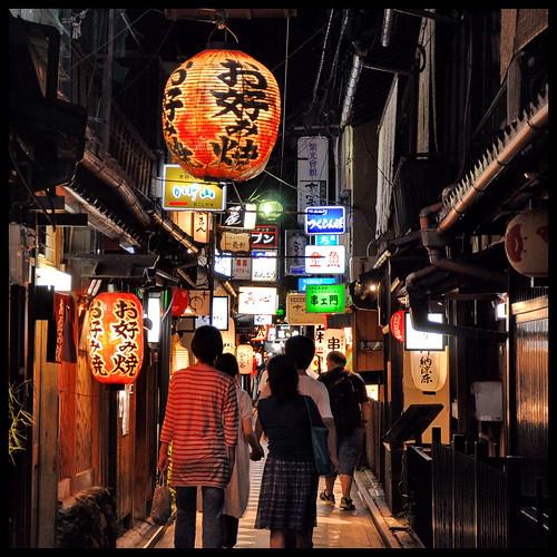 Suivre les lumières... Nightlife in Pontocho, Kyoto. | by L'Ubuesque Boîte à Savon