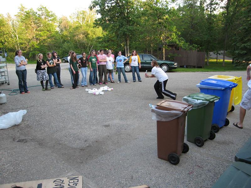 Sie lernen wie man den Müll in Waldsee trennt