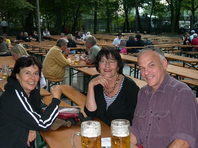 postcard from Augustiner's, Munich. Im Biergarten sitzen die Freunde, um über Deutschland und Amerika zu sprechen.