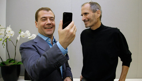 Apple's Steve Jobs presents the news iPhone to Dmitry Medvedev, President of Russia | by Cea.