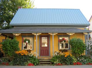 Maison jaune au jardin de fleurs jaunes et rouges | Maison j ...