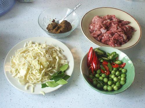 Ingredients for spicy beef curry | המרכיבים: בקר, חצילים, צ'ילי, חוטרי אננס, משחת קארי | by Thai Food Blog