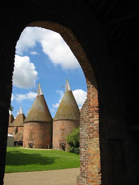 Hop-kiln drying-towers / Hopfendarrtürme / in Sissinghurst Castle / Kent / England