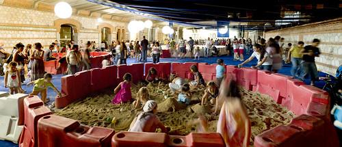 LaNocheDeLosNiños.org - intercambio de juguetes - recinto arenero 2   by ecosistema urbano