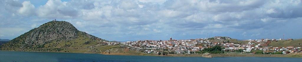 Embalse y pueblo de Alange