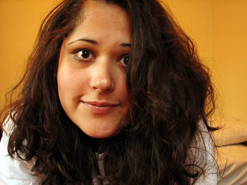 femme avec les cheveux épais
