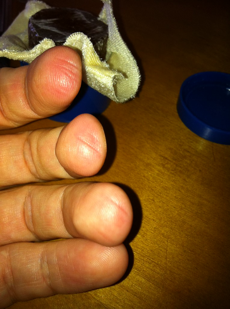 doigts de musicien d'instruments à cordes