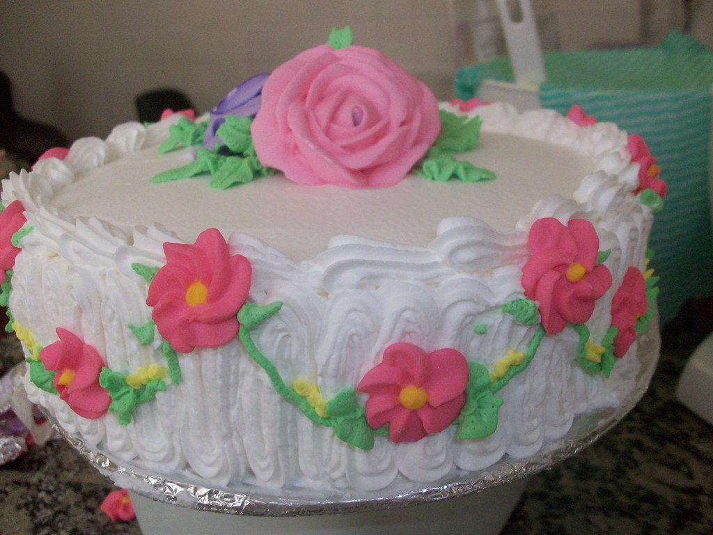 Bolo Decorado Com Chantilly E Flores De Açucar Contato Do