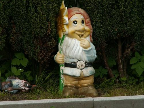 Ein Zwerg in Langebrück das kleine, meist hilfreiche Wesen in Menschengestalt, das man sich meist als kleines Männchen mit Bart und roter Zipfelmütze vorstellt 069