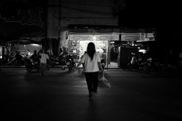 une femme fait des courses, le dos (a woman at the market, the back)