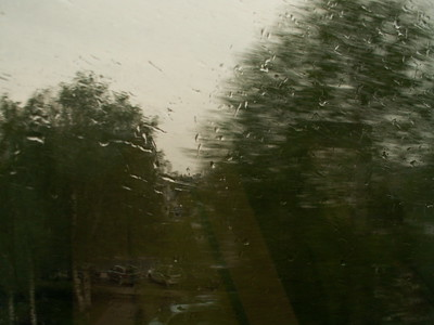 Regen in Dresden, ein kalter und regnerischer Tag ist es ein Moment, sich hinzusetzen und nachzudenken. Du wurdest gerade von deinen Freunden und deinem Kind verlassen, wie konnte das so falsch laufen? Welche Fehler, falsche Urteile, wieviel Pech, schlechtem Timing oder einfach nur ein Unglück? 312