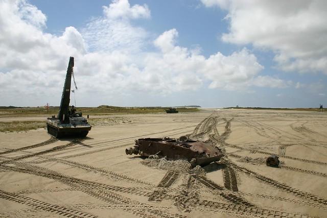 Leopard 2 berging brengt M-47 naar snijbrander