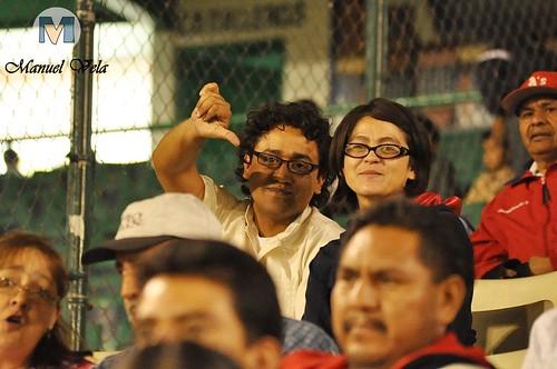 """DSC_0264 DonoBravo """"excelente persona, magnifico fotógrafo en compañía de su esposa"""" disfrutando el Pericos vs Leones (1er Juego de la Serie) por LAE Manuel Vela"""
