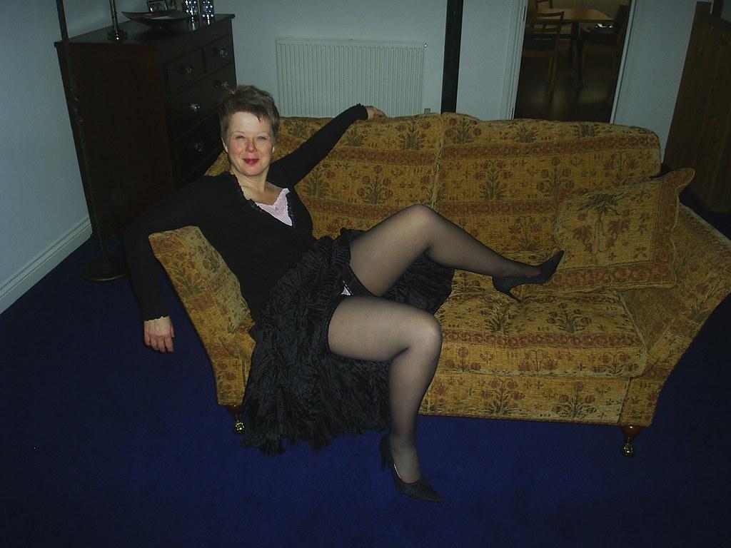 Женской подняла юбку пьяная зрелая