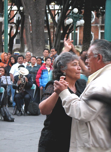 Another couple dancing in the Puebla Zócalo