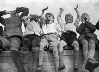 Juichende jongens bij VSV-DFC / Boys cheering when their  favorite team scores