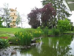 Le bâtiment, le jardin, une sculpture...