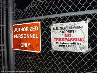 9998-phsh-no-trespassing - signs on fence - Abandoned Hospital (Presidio, San Francisco) | by loupiote (Old Skool) pro