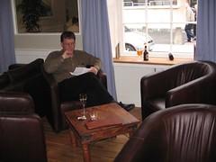 DJP yn mwynhau glasiad o win yn yr Orendy, Aberystwyth