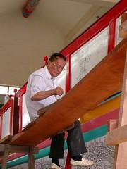 正在畫王船的老師傅