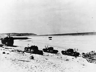 """Damaged Churchill tanks of the Calgary Regiment on the main beach at Dieppe / Chars d'assaut """"Churchill"""" du Régiment de Calgary endommagés sur la plage principale à Dieppe"""