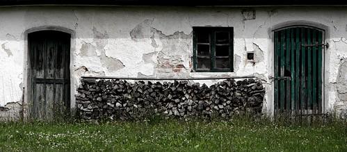 old court doors alt creativecommons holz firewood hof türen kaputt brennholz aichachfriedberg