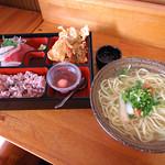 沖縄市海邦 「びん玉」の八重山そば定食 これに食後のコーヒーがついて800円なり。 満足満足。