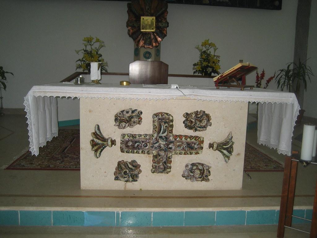 Altare con ceramiche di Cascella