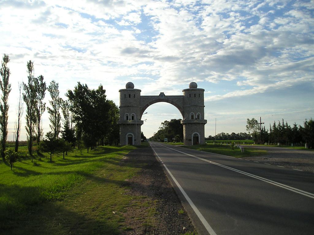 Arco de la entrada de Corral de Bustos-Ifflinger | Pasás por? | Flickr