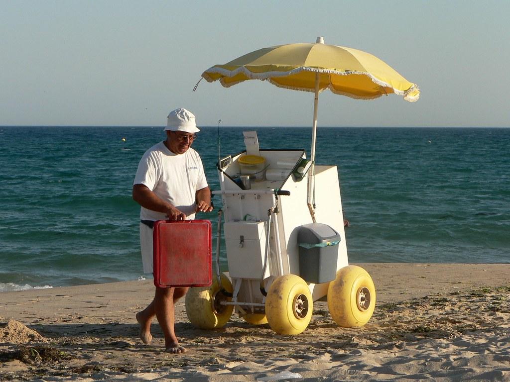 Praia do Barril - vendedor bolas de berlim | Bem, aqui está … | Flickr